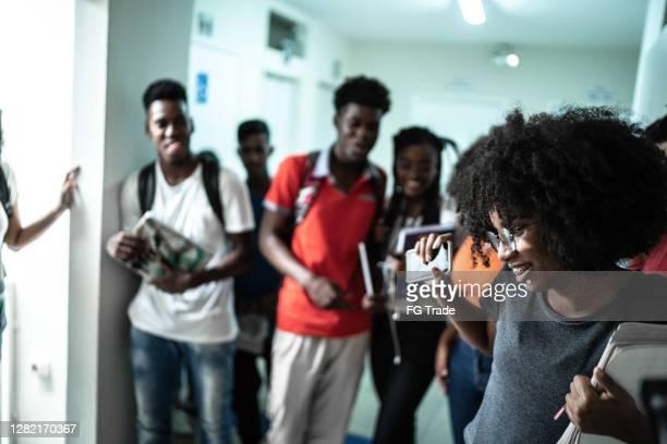 estudantes dançando/celebrando no corredor da universidade - patio de colegio - fotografias e filmes do acervo