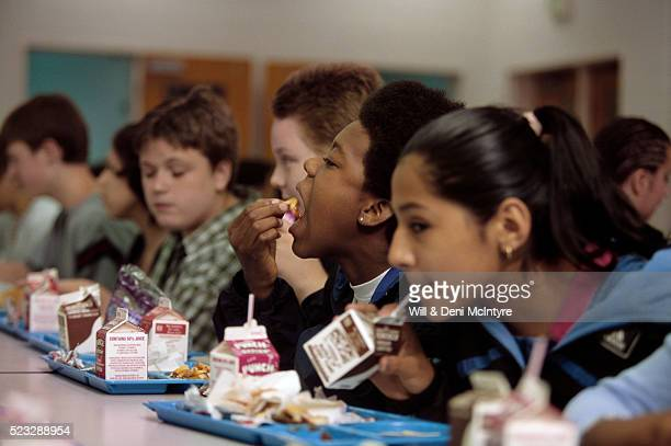 students eating in a cafeteria - milk carton - fotografias e filmes do acervo
