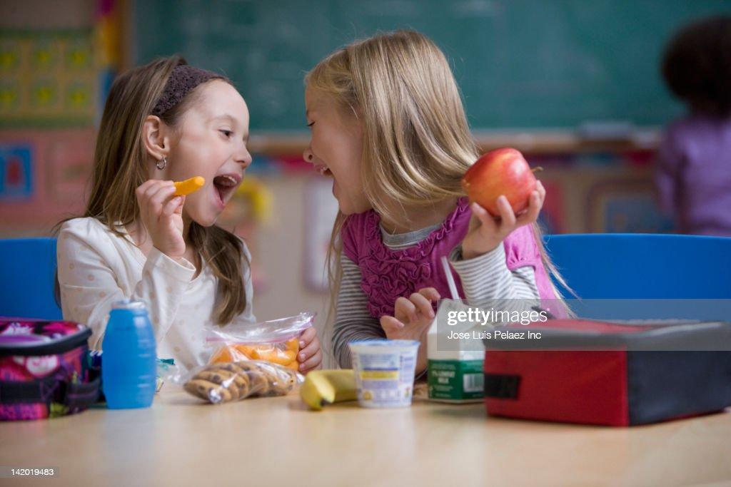 Students eating lunch in classroom : Stock-Foto