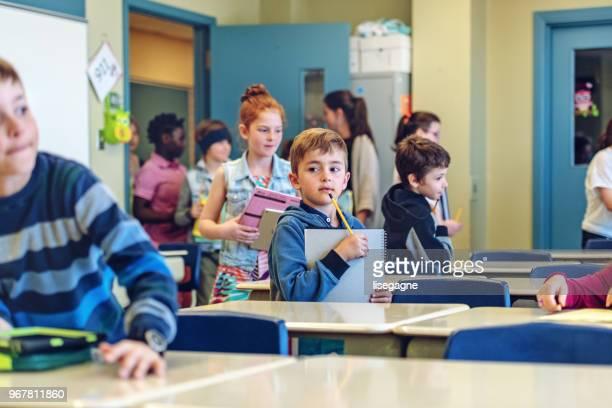 students entering in class - entrar imagens e fotografias de stock