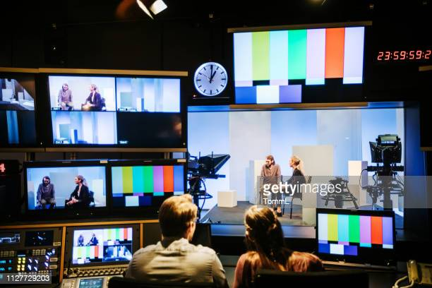 studenten experimenteren met tv-studio apparatuur - de media stockfoto's en -beelden