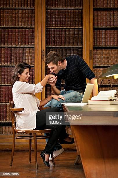 Alunos Namorar na biblioteca