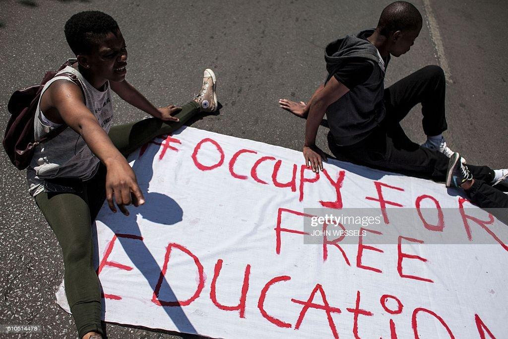 SAFRICA-EDUCATION-POLITICS-UNREST : News Photo