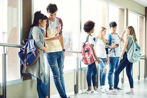 Students hanging out in school corridor between classes - gettyimageskorea