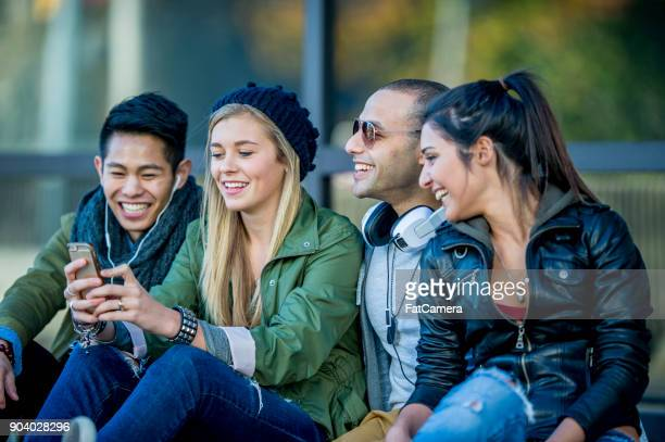 students hanging out - 20 29 years stock pictures, royalty-free photos & images