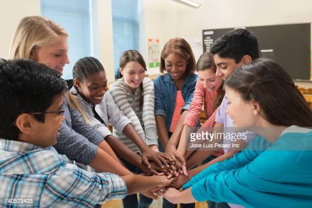 students huddling in school classroom - multiculturalismo foto e immagini stock