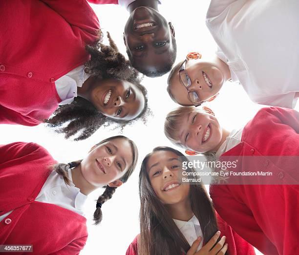 students in circle smiling together - schulkind nur mädchen stock-fotos und bilder