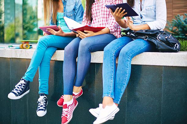студенты в джинсах