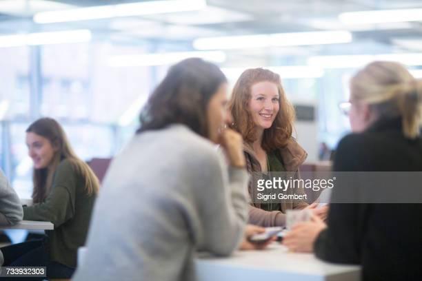 students in library - sigrid gombert stock-fotos und bilder