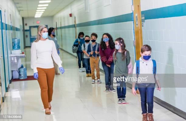 étudiants à l'école pendant le covid-19, portant des masques - arab feet photos et images de collection