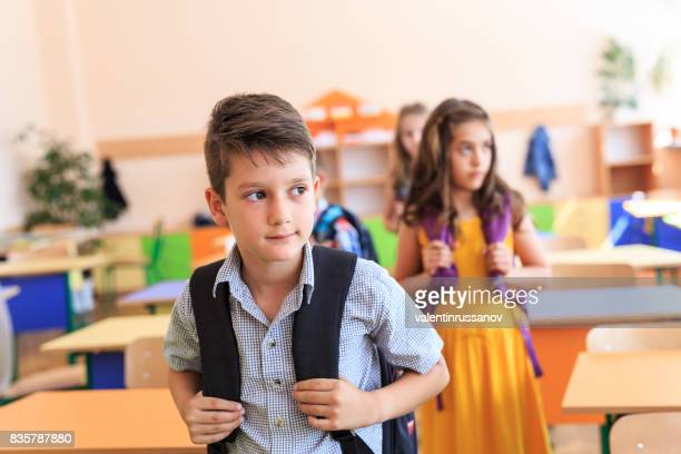 Schülern in der Klasse trägt eine Schultasche