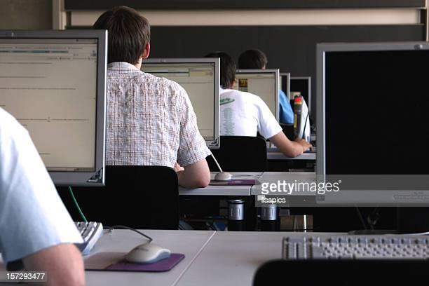 Schüler lernen in computer Zimmer an der Universität.