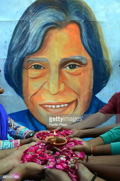 Students of Allahabad university offer flowers to pay homage to former president Dr A P J Abdul Kalam AJP Abdul Kalam died on Monday evening due to a...