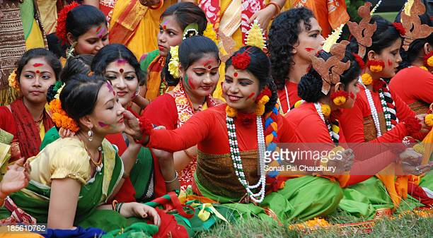 CONTENT] Students of Viswa Bharati University plyaing Holi in Jorasanko