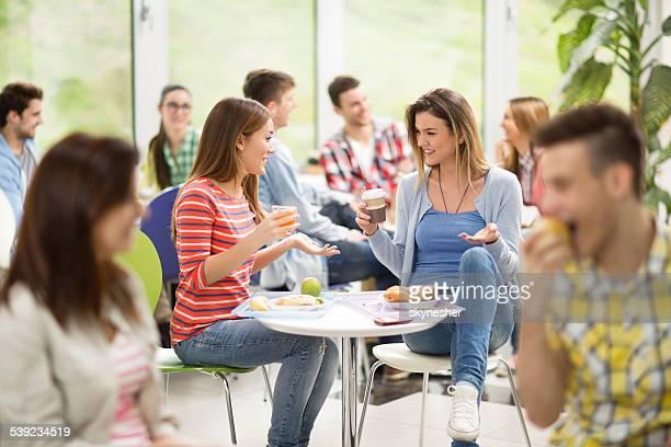 Étudiants sur une pause déjeuner.