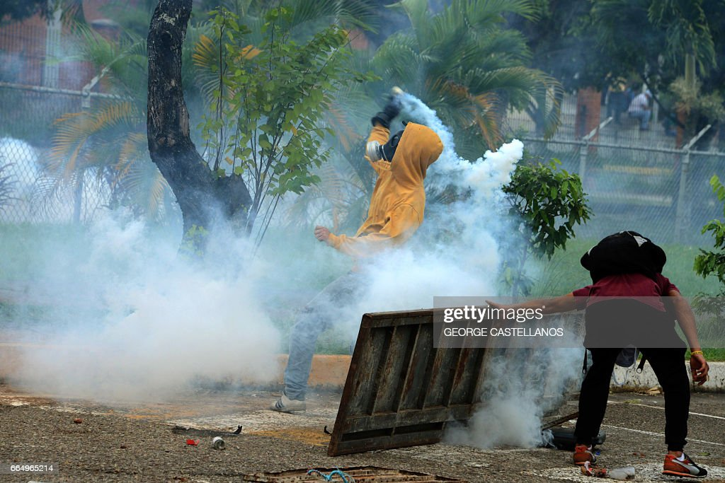 TOPSHOT-VENEZUELA-CRISIS-DEMO : News Photo