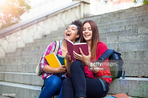 students outdoor with books - colégio educação - fotografias e filmes do acervo
