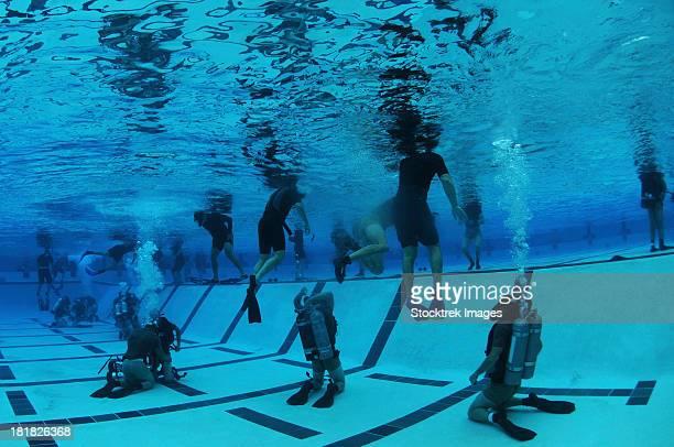 bud/s students participate in underwater night gear exchange during the second phase of training. - navy seals de los estados unidos fotografías e imágenes de stock