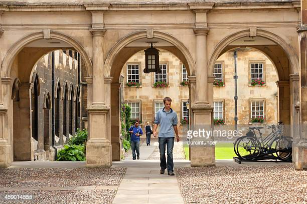 Studenten, die sich auf einer college-campus gate in Cambridge University