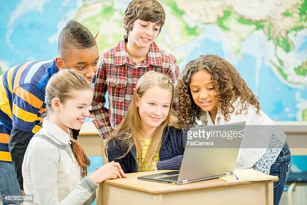 Schüler spielen mit einem Computer-Spiel mit Klasse