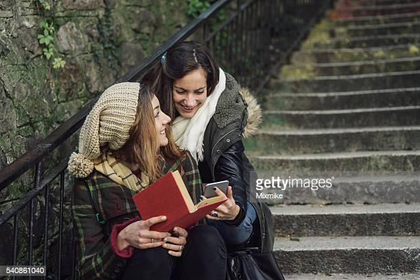 Schüler spielen mit einem Mobiltelefon