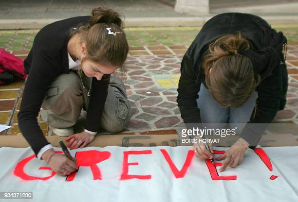 Students prepare banners at the SaintCharles University in Marseille southern France 19 November 2007 on the eve of the national administration and...