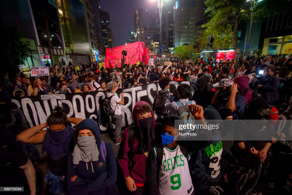 """Students protest against the restriction imposed by the City of São Paulo in the use of the Free Student Pass benefit The act was convened by the National Union of Students (UNE), União Paulista de Estudantes Secundaristas and União Estadual de Estudantes, on August 11, 2017. With banners and posters, they shouted slogans and sang songs composed with the motto of the act The Free Pass, he cut João Dória is a little playboy who calls himself a worker No, no, to privatization, I want to Free Pass for education """"were some of the chanted verses. Before the reduction, the student could make up to eight bus shipments during the 24 hours of the day. Now the student can make four trips for two hours and, at another time of the day, four more trips for two hours. The City of São Paulo informed that it will save R $ 70 million until the end of the year with the measure and that this money will be invested in education."""