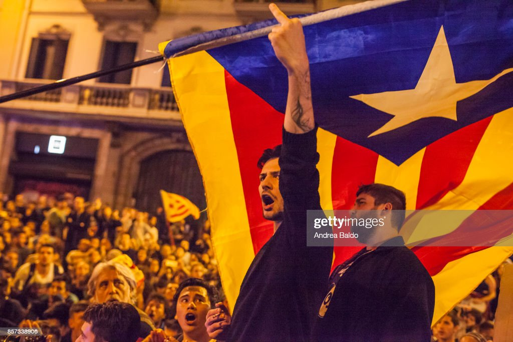 Students protest in Barcelona on October 2nd 2017 shouting... : News Photo