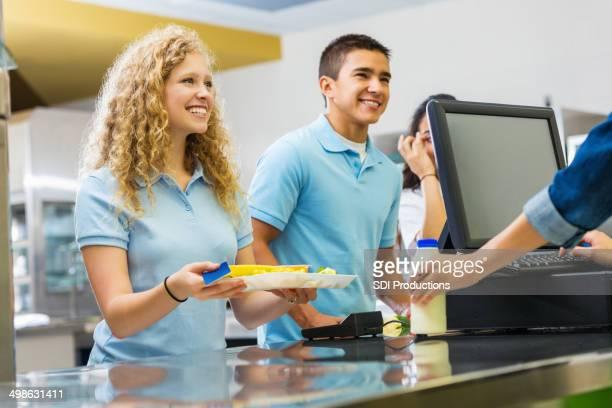 Étudiants achat déjeuner chaud de la cafétéria de l'école