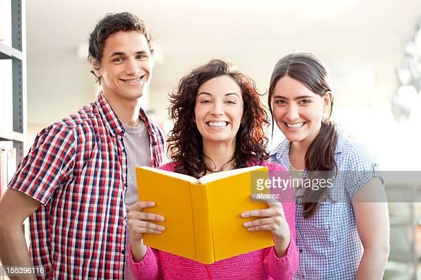 Studenten Lesen in der Bibliothek