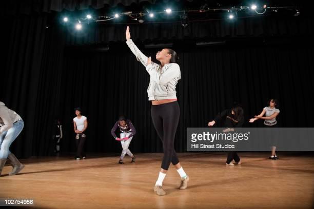 students rehearsing dance on high school stage - ensayo espectáculo fotografías e imágenes de stock