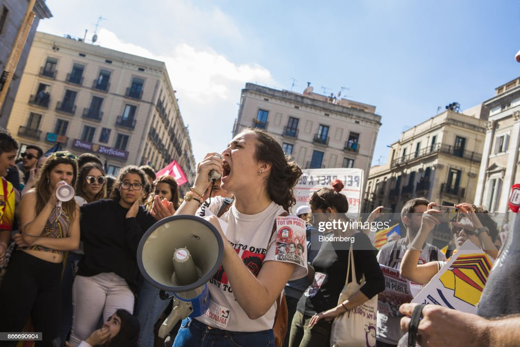 Students shout slogans during a protest outside the Generalitat regional government offices at Sant Jaume after a demonstration protesting the threat of the Spanish government to apply Article 155 in Barcelona, Spain, on Thursday, Oct. 26, 2017. Catalonia's president says he won't call a regional election that could have defused tension with Spain. Photographer: Guillem Sartorio/Bloomberg via Getty Images