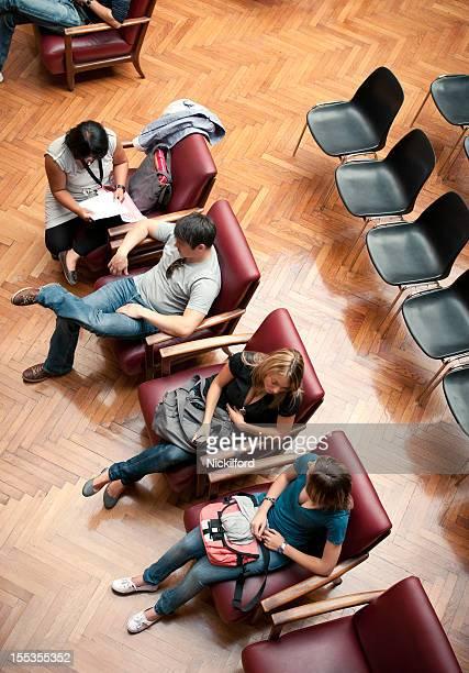 Estudantes sentado em uma Sala de Aula de Universidade