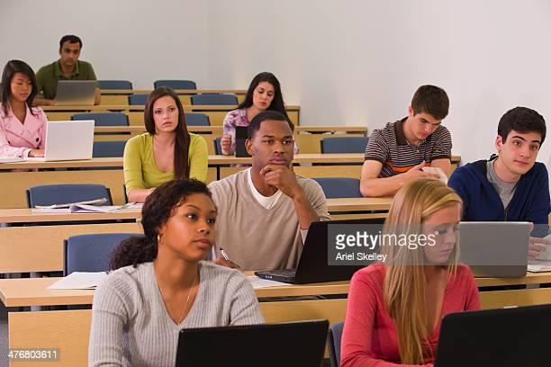 students sitting in classroom - oriente médio locais geográficos - fotografias e filmes do acervo