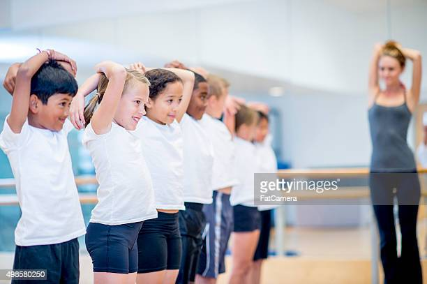 Estudiantes de estiramiento antes de gimnasia
