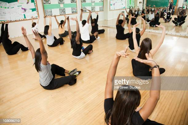 students stretching in dance class - danza moderna foto e immagini stock