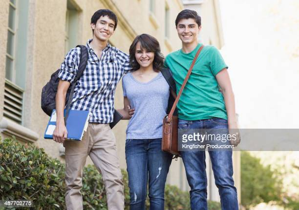 students together on campus - crossbody bag photos et images de collection