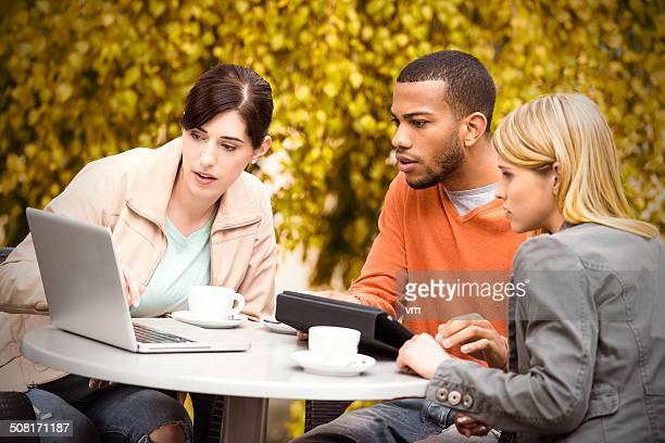 学生には、カフェのコンピューターを使用