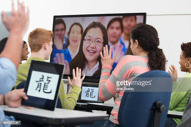 students using video conference in class - scrittura non occidentale foto e immagini stock