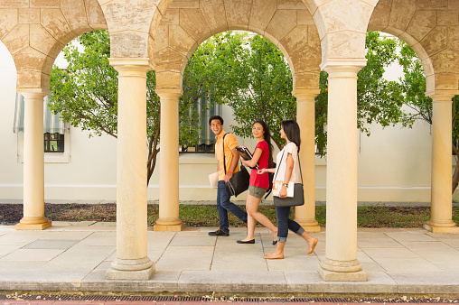 Students walking on campus - gettyimageskorea