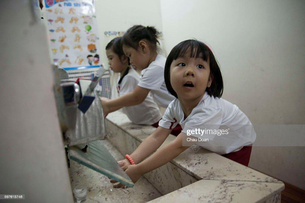 Students washing hand at Sakura Montessori international... : News Photo