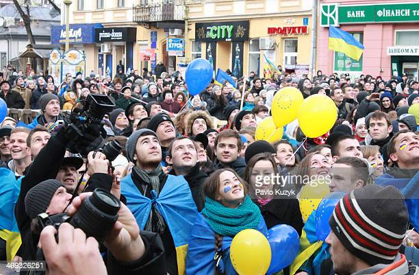 "Students watch a released balloon with ""greetings"" to Mr. Putin during a meeting in support of Euro-integration of Ukraine"