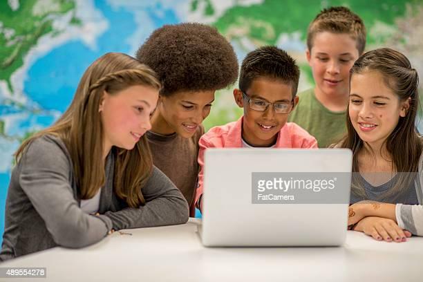 Studenten Sie eine Video auf dem Laptop