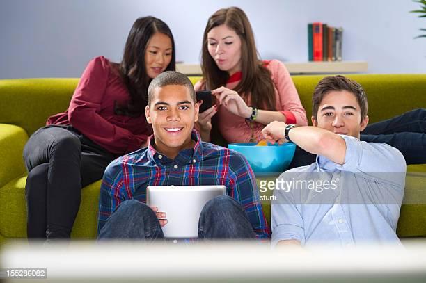 Estudiantes viendo televisión