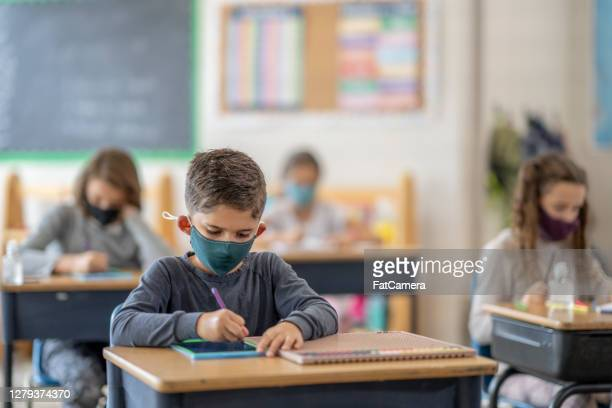 students wearing masks in class - fatcamera stock pictures, royalty-free photos & images