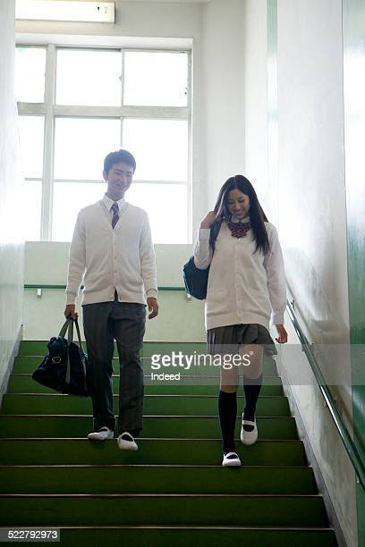 2 students who descend stairs