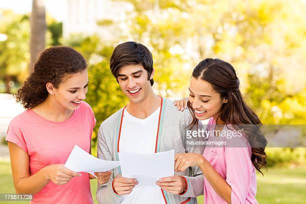 Studenten, die mit der Untersuchung der Ergebnisse auf College-Campus