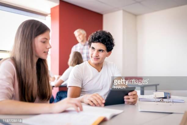studierende mit tablet-pcs im klassenzimmer - schulkind stock-fotos und bilder