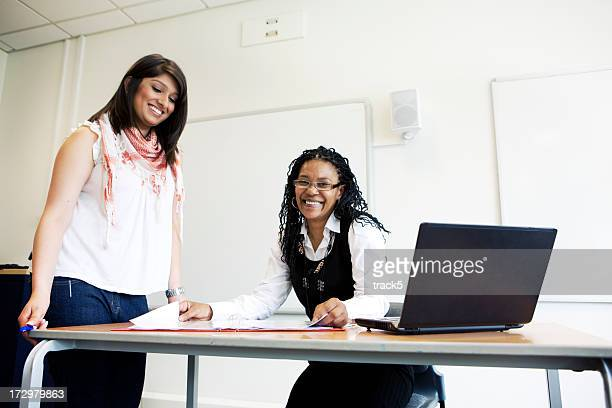 Studenten im Klassenzimmer arbeiten