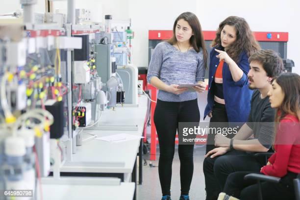 Alumnos trabajando en laboratorio de las energías renovables.